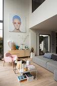 Modernes Wohnzimmer im Designerstil mit doppelter Raumhöhe