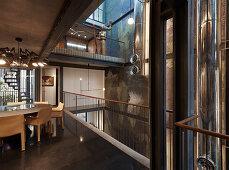 Esszimmer im Architektenhaus mit offenen Stockwerken