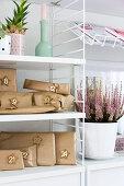 Adventskalender mit braunen Päckchen im weißen Regal