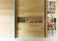 Deko-Accessoires in rechteckiger Nische in einer Holzwand