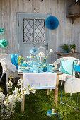 Gedeckter Frühlingstisch in Blau mit selbstgemachter Dekoration