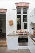 weiße, offene Küche, Innenfenster mit Segmentbogen