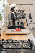 Küchenzeile mit Gasherd, Holzarbeitsplatte und Spülbecken