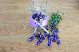 DIY-Windlicht mit duftenden Lavendelblüten und lila Dekoband
