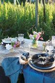 Rustikal gedeckter Tisch fürs Sommerfest