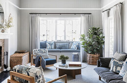 Cozy living room in shades of blue, built-in bench in the bay window