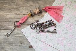 Schlüsselanhänger aus einer Garnrolle und alte Schlüssel