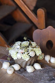 Gesteck aus Anemonen, Nelken und Efeu in einer Guglhupfform