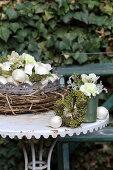 Blumendeko mit Efeubeeren, Zwiebeln und Nelken