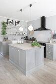 Offene, graue Küche im Landhausstil