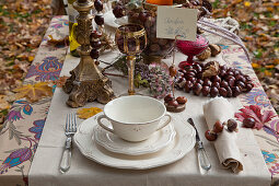 Gedeckter Tisch mit DIY-Dekoration aus Kastanien