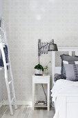 Scherenleuchte im Industriestil als Nachttischlampe im Schlafzimmer