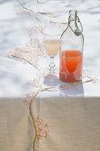 DIY-Tischdecke mit Kirschblütenmotiv und Getränk auf Tisch