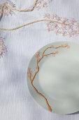 DIY-Tischdecke und Frühstücksgeschirr mit Kirschblütenmotiv