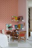 Sitzecke mit Bücherregalen im Kinderzimmer mit Retro-Tapete