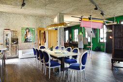 Antike Polsterstühle mit Samtbezug um Esstafel in renoviertem Loft
