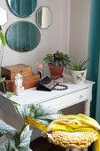 Schubladentisch mit Zimmerpflanzen, Handtasche, Holzkästchen und Figur
