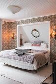 Doppelbett, teilweise in Wandnische, im Schlafzimmer mit Tapete