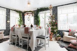 Gedeckter Esstisch und Weihnachtsbaum in offenem Wohnraum