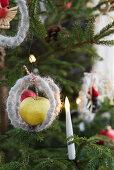 Weihnachtsbaum mit Apfel und Kerze geschmückt