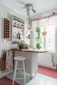 Frühstückstheke mit Hocker in Küche mit weißer Holzverkleidung