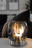LED-Windlicht auf Tisch
