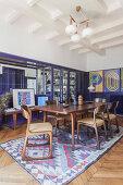 Vintage-Designermöbel im Esszimmer eines Pariser Altbaus