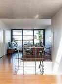 Metallgeländer um den Treppenaufgang zum offenen Wohnraum