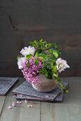 Gesteck aus Brokkoli, Hortensie und Lisianthus