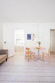 Kleiner Essplatz im minimalistischen Wohnzimmer