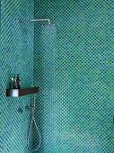 Duschbereich mit Mosaikfliesen in Grüntönen