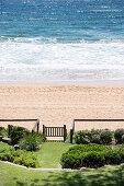 Blick vom Garten mit Hanglage auf das Meer