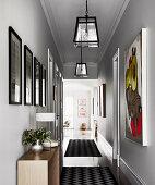 Bildergalerie im Flur mit hellgrauen Wänden