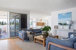 Gegenüberstehende Sofas im offenen Wohnraum mit Terrasse