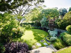 Blick auf eleganten Garten mit Rasenfläche