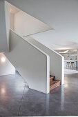 Futuristische Freitreppe im modernen Architektenhaus