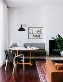 Runder Tisch mit eingebauter Sitzbank neben Kamin im Wohnzimmer
