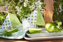 Kleine Segelboote aus Limettenhälfte als Platzkärtchen