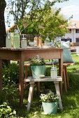 Holztisch und Hocker mit Getränken für eine Gartenparty