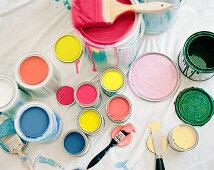 Geöffnete Farbtöpfe mit Pastellfarben