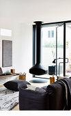 Hängender Kamin im Wohnzimmer in Schwarz-Weiß