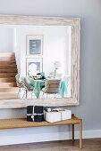 Modernes Esszimmer spiegelt sich im Wandspiegel mit Holzrahmen