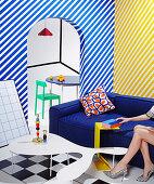 Diagonal gestreifte Wände im knallbunten Wohnzimmer