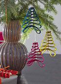 Weihnachtsbäume aus Filz und Perlen als Christbaumanhänger