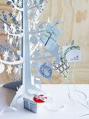 Weisses Weihnachtsbäumchen aus Metall dekoriert mit Weihnachtskarten