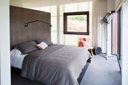 Schlafzimmer mit Polycarbonatwand, Doppelbett an Raumteilerwand