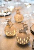 Leuchtende Porzellankugeln mit lustiger Tierfigur zu Weihnachten