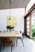 Aufklappbarer Esstisch mit Stühlen vor Terrassenschiebetür