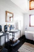 Schwarz-weißes Badezimmer mit Waschtisch im Industriestil