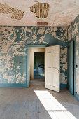 Verfallene Räume in einem leerstehenden Haus